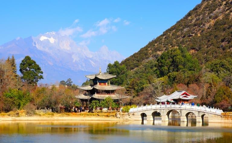 La Montagne enneigée du Dragon de Jade, Le Village Baisha, Lamasserie de Yufeng Si